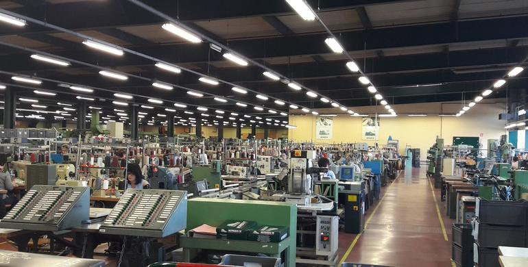 26d92dd43aac87 En plus de la fabrication de chaussures, l'usine de Sarrebourg assure  également leur réparation et leur ressemelage